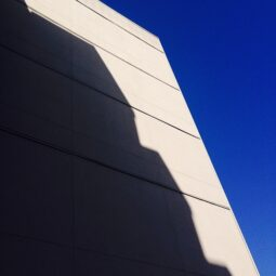 shadow/building/sky