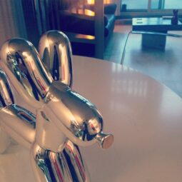 new addition to the living room: chrome balloon dog