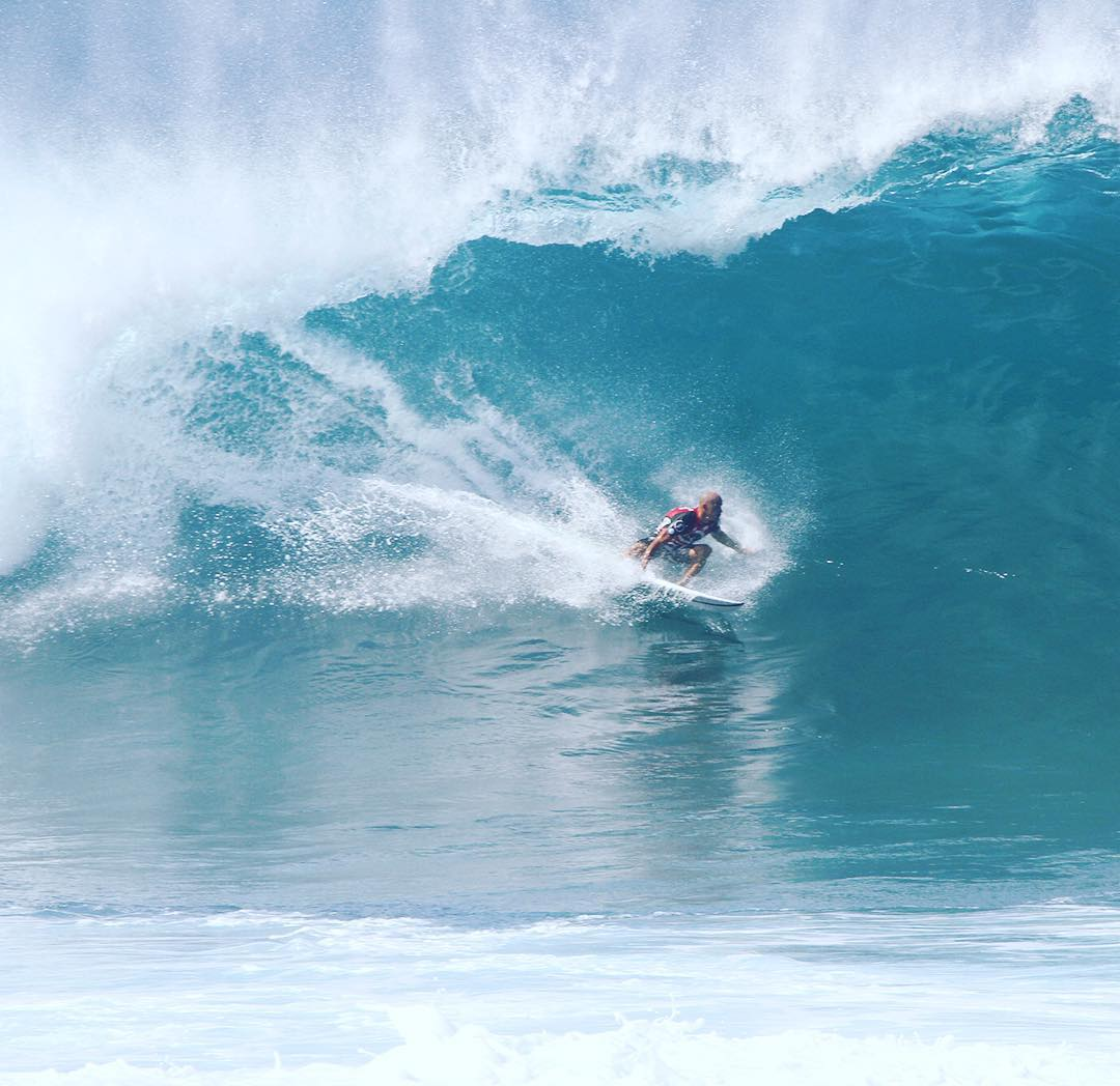@kellyslater pulling into one during yesterday's round 3 heat @volcom
